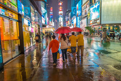 NEW YORK CITY - 13. JUNI 2013: Leute gehen auf eine regnerische Nacht in T Lizenzfreie Stockfotografie