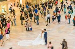 NEW YORK CITY - JUNI 10: Par firar bröllop i storslagna Centra Arkivbild