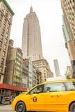 NEW YORK CITY - JUNI 12, 2013: Taxitaxi i stadsgata Var Fotografering för Bildbyråer