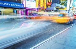 NEW YORK CITY - JUNI 11, 2013: Taxitaxiar rusar upp längs stadsstr Fotografering för Bildbyråer