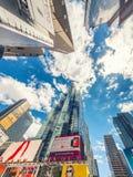 NEW YORK CITY - JUNI 2013: Times Square, gekennzeichnet mit Broadway lizenzfreie stockfotos