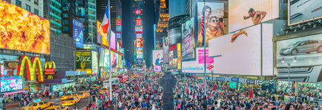 NEW YORK CITY - JUNI 2013: Times Squareadsatnatt New York på Royaltyfria Bilder