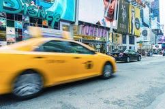 NEW YORK CITY - JUNI 11: Times Squaretrafik på Juni 11, 2013 I Fotografering för Bildbyråer