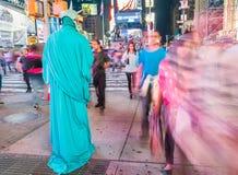 NEW YORK CITY - JUNI 2013: Touristen im Times Square nachts Th stockfotos