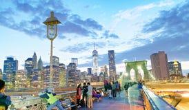 NEW YORK CITY - 8. JUNI 2013: Touristenweg auf Brooklyn-Brücke a Stockbilder