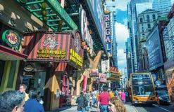 NEW YORK CITY - 14. JUNI 2013: Touristenweg entlang Stadtstraßen Stockbilder