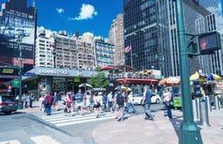 NEW YORK CITY - 14. JUNI 2013: Touristenweg entlang Stadtstraßen Lizenzfreie Stockfotografie