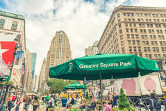 NEW YORK CITY - JUNI 14, 2013: Turister och lokaler i Sq Greeley Arkivfoton