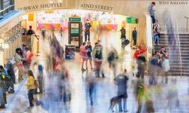 NEW YORK CITY - JUNI 10, 2013: Turister och lokaler i storslagen cent Fotografering för Bildbyråer
