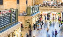 NEW YORK CITY - JUNI 10, 2013: Turister och lokaler i storslagen cent Royaltyfri Bild