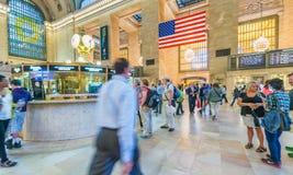 NEW YORK CITY - JUNI 10, 2013: Turister och lokaler i storslagen cent Arkivbilder