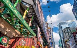 NEW YORK CITY - JUNI 2013: Zeiten Squareon ein sonnigen Tag Die Stadt lizenzfreie stockfotos