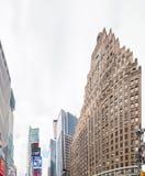 NEW YORK CITY - JUNIO DE 2013: Anuncios del Times Square en un día nublado nuevo Foto de archivo