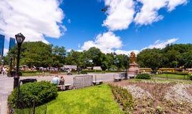 NEW YORK CITY - JUNIO DE 2013: Entrada del Central Park con los turistas Fotografía de archivo