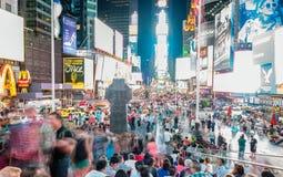 NEW YORK CITY - JUNIO DE 2013: Times Square en la noche con los turistas Imágenes de archivo libres de regalías