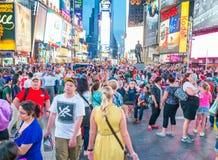 NEW YORK CITY - JUNIO DE 2013: Turistas en Times Square en la noche Th Foto de archivo