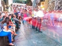 NEW YORK CITY - JUNIO DE 2013: Turistas en Times Square en la noche Th Fotografía de archivo libre de regalías