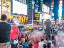 NEW YORK CITY - JUNIO DE 2013: Turistas en Times Square en la noche Th Imagen de archivo libre de regalías
