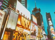 NEW YORK CITY - JUNIO DE 2013: Turistas en Times Square en la noche Th Imagenes de archivo