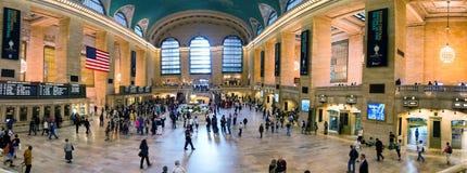 NEW YORK CITY - JUNIO DE 2013: Turistas y locals en Grand Central Fotos de archivo libres de regalías