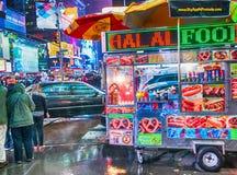 NEW YORK CITY - JUNIO DE 2013: Vendedor de comida de la calle en Times Square T Fotografía de archivo libre de regalías