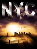 New York City kontursolnedgång med NYC-överskriften Arkivbild