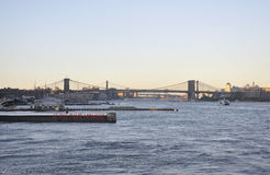 New York City, le 3 août : Brooklin Bridge du fleuve Hudson au coucher du soleil à New York City Photos libres de droits