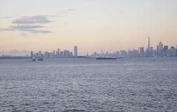 New York City, le 3 août : Panorama de Manhattan du fleuve Hudson au coucher du soleil à New York City Photographie stock