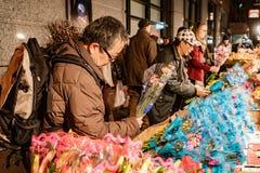 New York City, New York, le 14 février 2018 : L'homme achète des fleurs pour Vale Photographie stock