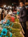 New York City, New York, le 14 février 2018 : L'homme achète des fleurs pour Vale Images libres de droits