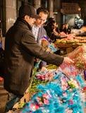 New York City, New York, le 14 février 2018 : L'homme achète des fleurs pour Vale Image stock