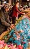 New York City, New York, le 14 février 2018 : L'homme achète des fleurs pour Vale Photos stock