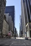 New York City, le 2 juillet : Gratte-ciel sur la 6ème avenue dans le Midtown de Manhattan de New York City aux Etats-Unis Images stock