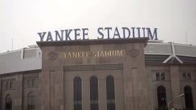 New York City, los E.E.U.U. - 9 de octubre de 2015: Conducción de último Yankee Stadium, Bronx, NY en la lluvia almacen de metraje de vídeo