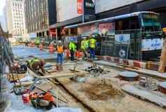 NEW YORK CITY, LOS E.E.U.U. - 04, 2017: Obras viales en Manhattan y la construcción de carreteras Imagenes de archivo