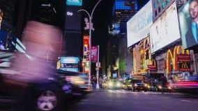 New York City, los E.E.U.U. - OKTOBER 26, 2016: Reino de señales de neón El Times Square famoso El tráfico intenso de coches almacen de metraje de vídeo