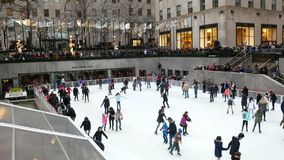 New York City, los E.E.U.U. diciembre de 2017: Patinaje de hielo del centro de Rockefeller - adornamiento de la Navidad almacen de metraje de vídeo