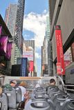 New York City, los E.E.U.U., el 19 de junio de 2017 turistas que hacen turismo en N Y en un autobús del aire abierto - uso editor Imágenes de archivo libres de regalías