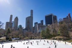 New York City, los E.E.U.U. - marzo, 31 2018: Patinaje de hielo de la gente en Wollma Imagenes de archivo