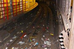 New York City, los Estados Unidos de América - 1 de mayo de 2016: Viajero saludado en la estación de metro con el periódico dispe Imagen de archivo
