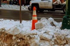 NEW YORK CITY - 16. März 2017: Schnee bedeckte Straße und Brownstone in Manhattan, New York City Lizenzfreies Stockbild