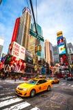 NEW YORK CITY - 25. MÄRZ: Times Square, gekennzeichnet mit Broadway-Th Stockbild