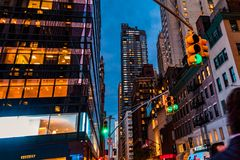 New York City, Madison Avenue - 1er novembre 2017 : Bâtiment la nuit derrière le feu de signalisation vert Photographie stock