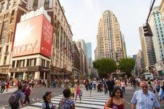 NEW YORK CITY - 26 MAI 2016 : Herald Square est un secteur s'activant d'achats avec des piétons, Macy que le ` s est le grand Amé Photos stock