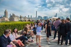 New York City - 14 mai 2016 : Les gens refroidissant sur le dessus de toit font la fête avec la vue de Manhattan et de Central Pa Photos stock