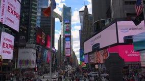 NEW YORK CITY - Maj: Gångare och trafik i Times Square i New York, NY Tidfyrkanten är en av världs`en s mest populär attr