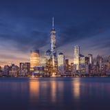 New York City - Manhattan efter solnedgång - härlig cityscape arkivfoton