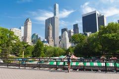 New York City Manhattan, fille apprécie la vue scénique dans le Central Park photographie stock