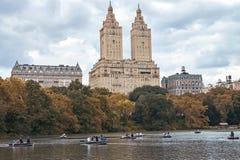 New York City Manhattan Folk som ror på fartyg i Central Park Lynniga Autumn Lake Tourism Royaltyfria Bilder