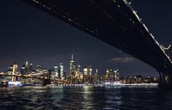 New York City Manhattan horisontpanorama p? natten royaltyfri foto